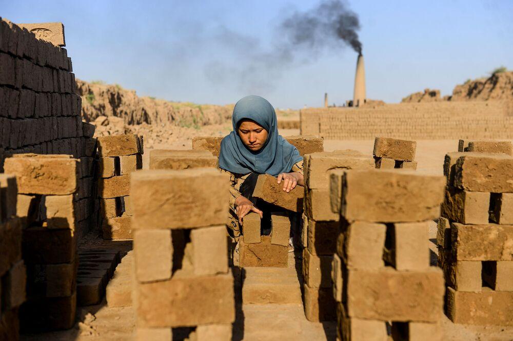 Menina durante o trabalho em Herat, Afeganistão