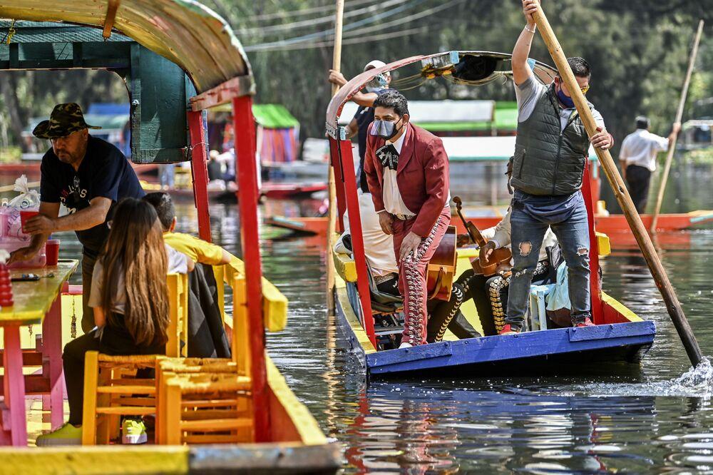 Músicos mexicanos mariachi em um canal na Cidade do México