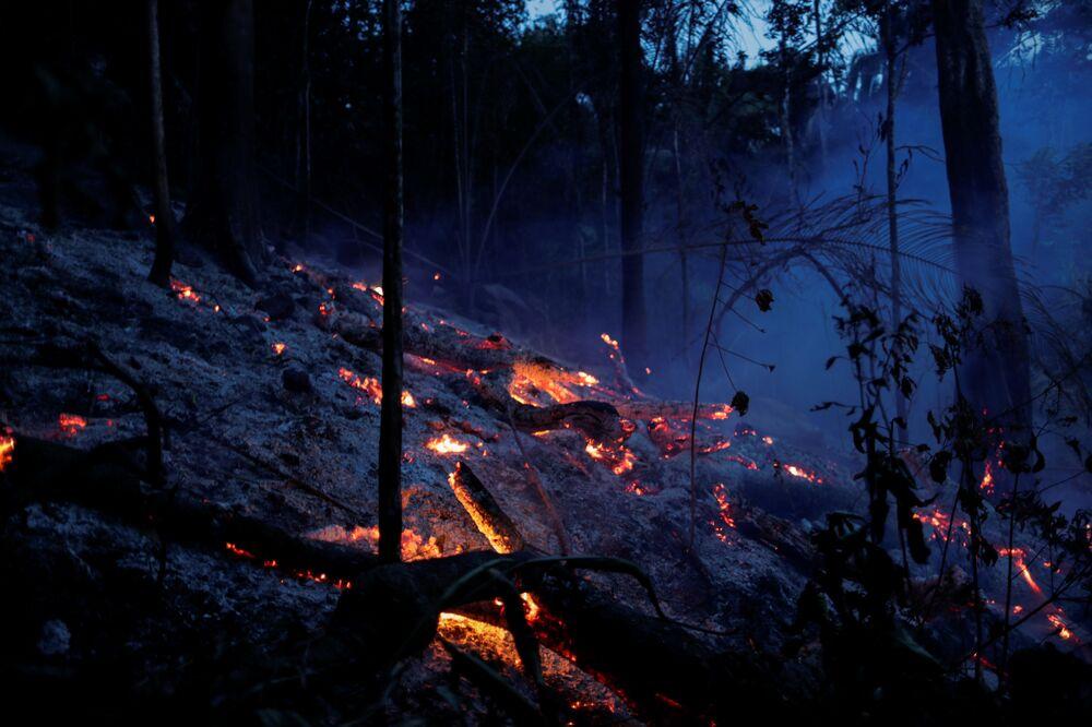 Uma área da selva amazônica ardendo perto de Ouro Preto, Rondônia, Brasil
