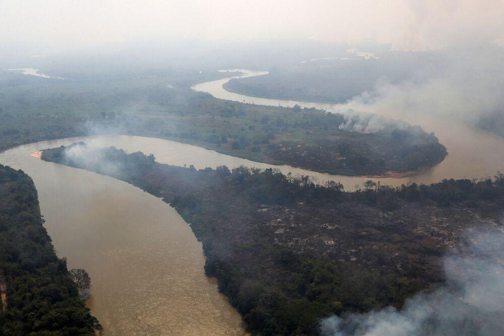 Fumaça de um incêndio é vista perto do rio Cuiabá no Pantanal, Pocone, Mato Grosso