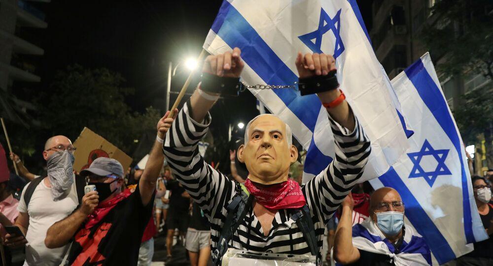 Manifestante com máscara de Benjamin Netanyahu participa de protesto pedindo a renúncia do primeiro-ministro de Irsrael