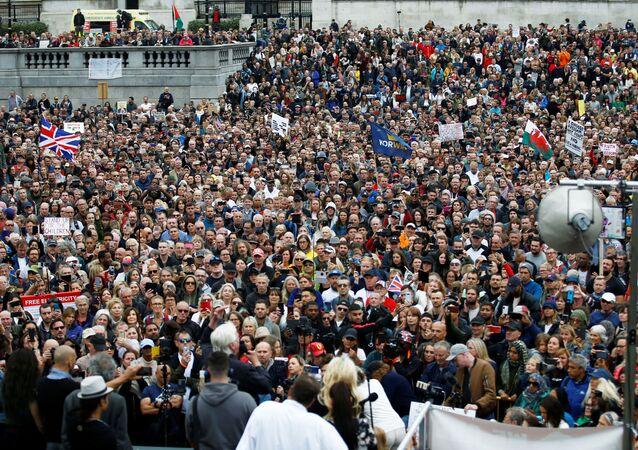Manifestantes realizam protesto na Trafalgar, em Londres, contra o lockdown e o uso de máscaras no Reino Unido em meio ao surto da COVID-19