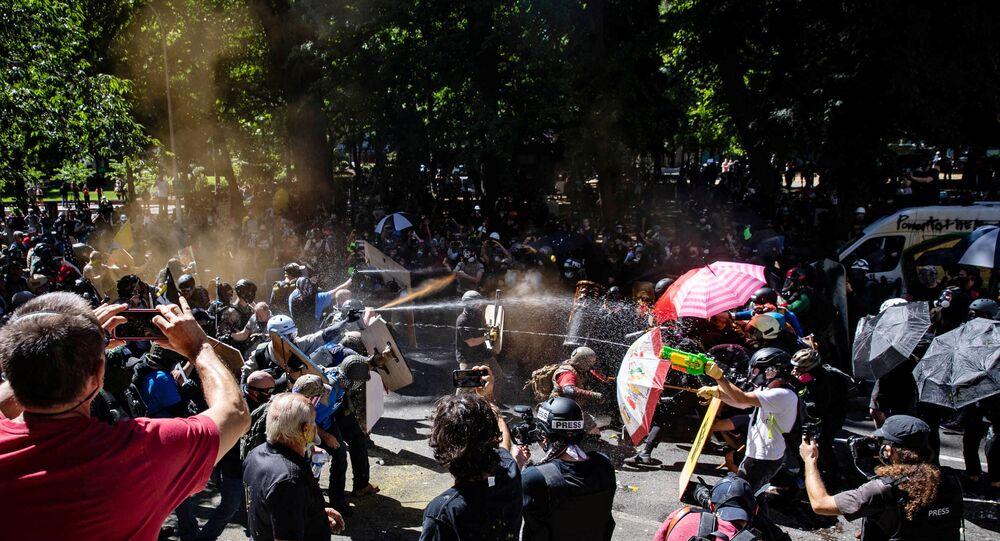 Manifestantes e contramanifestantes se enfrentam em Portland, Oregon, EUA, 22 de agosto de 2020