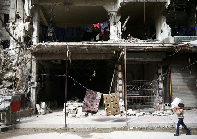 Menino na cidade sitiada de Douma, arredores de Damasco, Síria, 8 de março de 2018 (foto de arquivo)