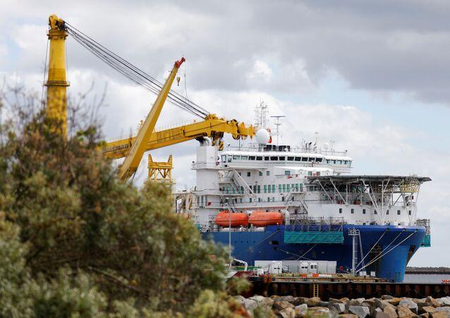 Navio russo Akademik Cherskiy, que pode ser usado para completar a construção do gasoduto Nord Stream 2, porto de Mukran, Alemanha, 7 de julho de 2020