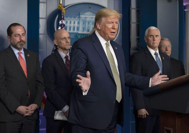 Na Casa Branca, em Washington, o presidente dos Estados Unidos, Donald Trump, fala durante coletiva de imprensa ao lado (da esquerda para a direita) do secretário de Saúde e Serviços Humanos, Alex Azar, do comissário da Administração de Drogas e Alimentos (FDA), Stephen Hahn, do vice-presidente dos EUA, Mike Pence, e do diretor do Instituto Nacional de Doenças Alérgicas e Infecciosas, Dr. Anthony Fauci, em 17 de março de 2020.