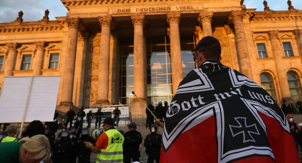 Em Berlim, na Alemanha, manifestantes participam de protesto em frente ao Reichstag contra medidas sanitárias de combate à COVID-19, em 29 de agosto de 2020.