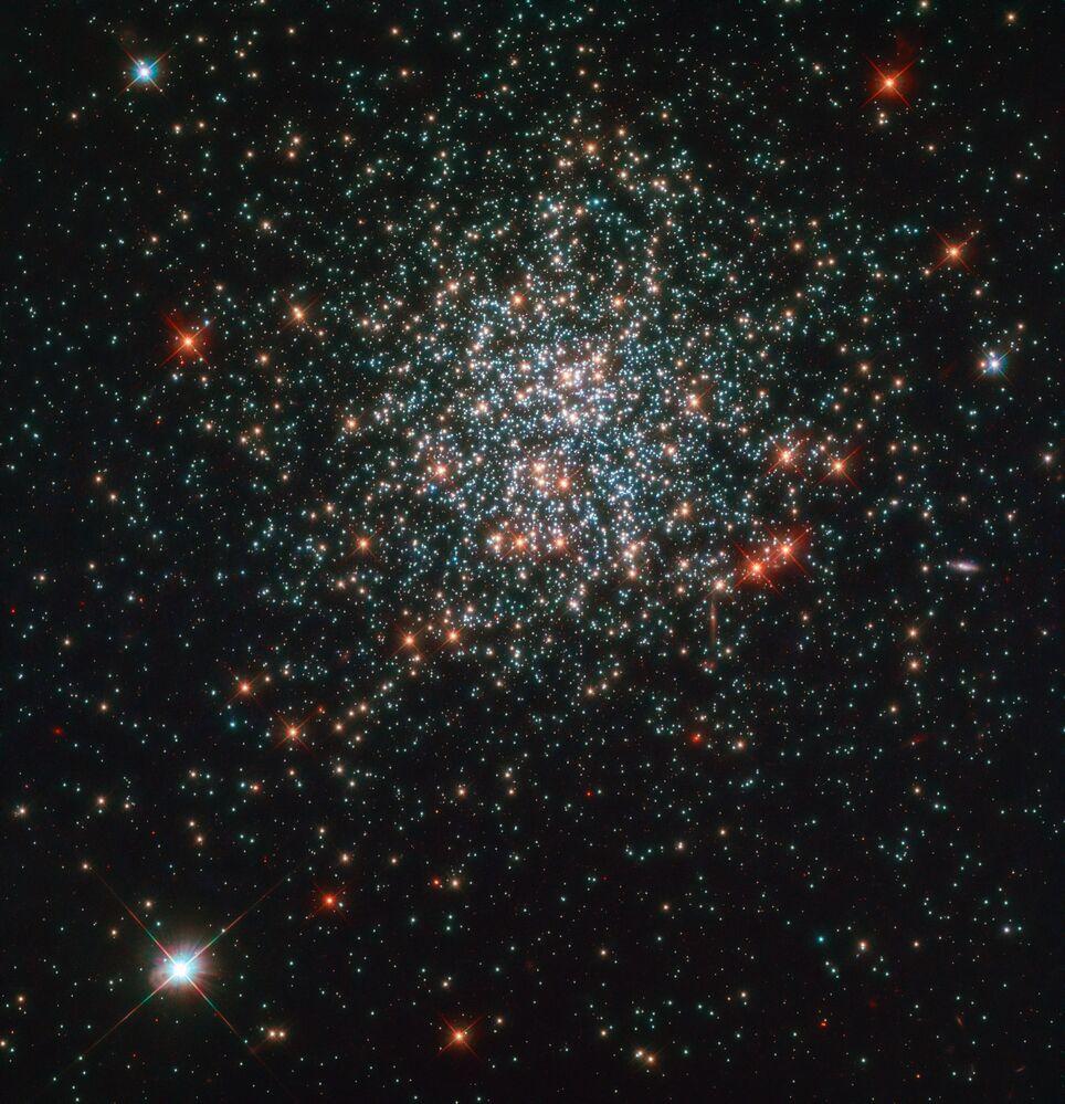 Aglomerado de estrelas NGC 2203 visto a partir do telescópio espacial Hubble