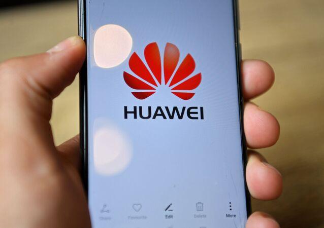 Smartphone da empresa Huawei na mão de consumidor em Londres, Reino Unido, 14 de julho de 2020