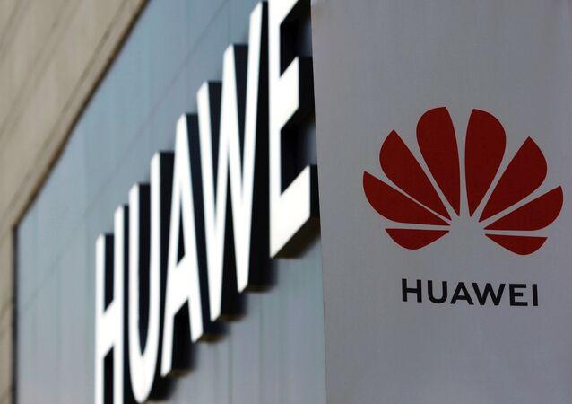 Logotipo da Huawei é visto do lado de fora de loja em um shopping em Pequim, China, 14 de julho de 2020