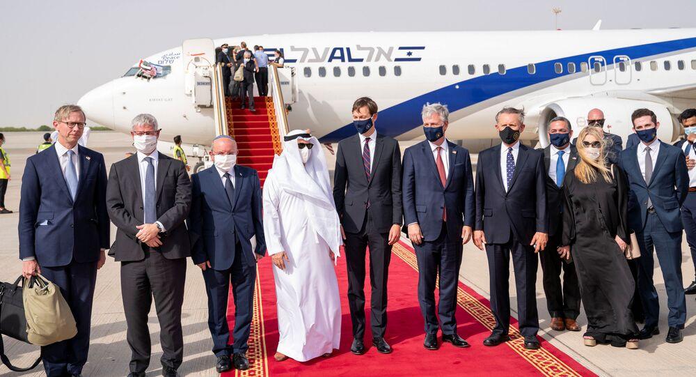 Delegações de Israel, Emirados Árabes Unidos e EUA se encontram na pista do aeroporto de Abu Dhabi
