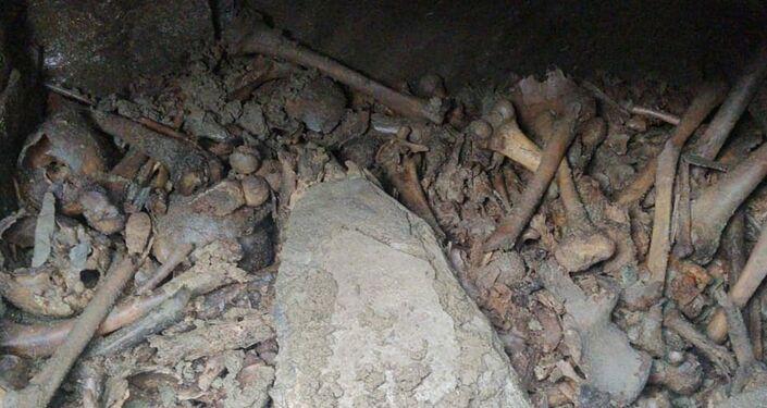Restos humanos em uma das câmaras encontradas