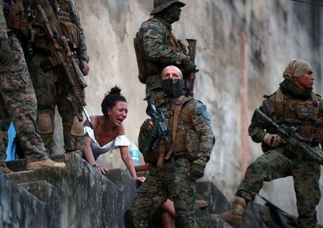Mulher grávida chora ao ver o corpo de seu marido, baleado durante operação policial no Rio de Janeiro, 27 de agosto de 2020