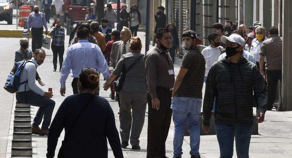 Multidão na rua durante a pandemia do novo coronavírus, Cidade do México, México, 29 de junho de 2020