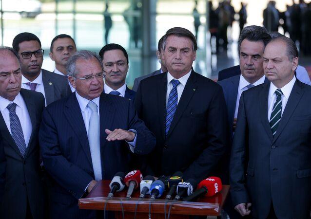 Em Brasília, Jair Bolsonaro acompanhado dos ministros Paulo Guedes (Economia) e Luiz Eduardo Ramos (Secretaria de Governo), e de vários líderes partidários, durante pronunciamento para falar sobre a prorrogação do auxílio emergencial, em 1º de setembro de 2020.