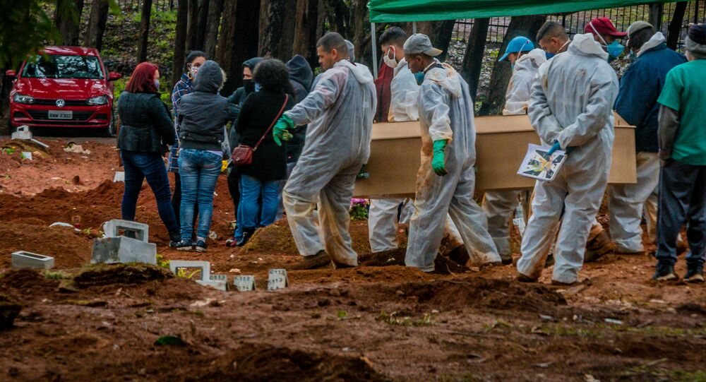 Enterro no cemitério Vila Formosa, na zona leste de São Paulo, que tem várias covas abertas por conta das mortes causadas pelo novo coronavírus COVID-19.