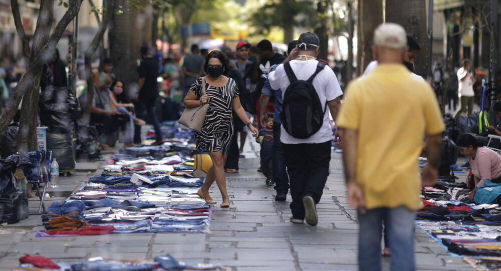 Pedestres caminham em mercado informal no Centro do Rio de Janeiro, 1º de setembro de 2020