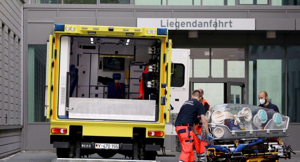 Paramédicos transportam o opositor russo Aleksei Navalny para clínica em Berlim