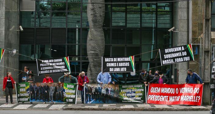 Manifestação Venha dar adeus a Deltan Dallagnol, em Curitiba (PR), nesta quarta-feira (2). O ato acontece um dia depois que Dallagnol anunciou sua saída da operação Lava Jato, da qual era coordenador