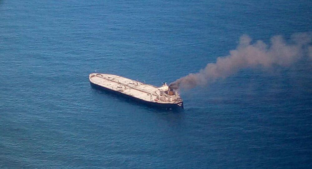 Petroleiro no mar de Sangaman Kanda pega fogo