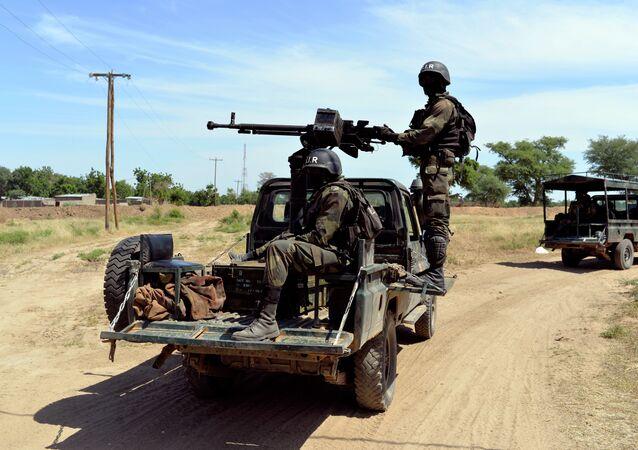 Soldados camaroneses fazem patrulha em Amchide, no norte do país, perto da fronteira com a Nigéria (arquivo)