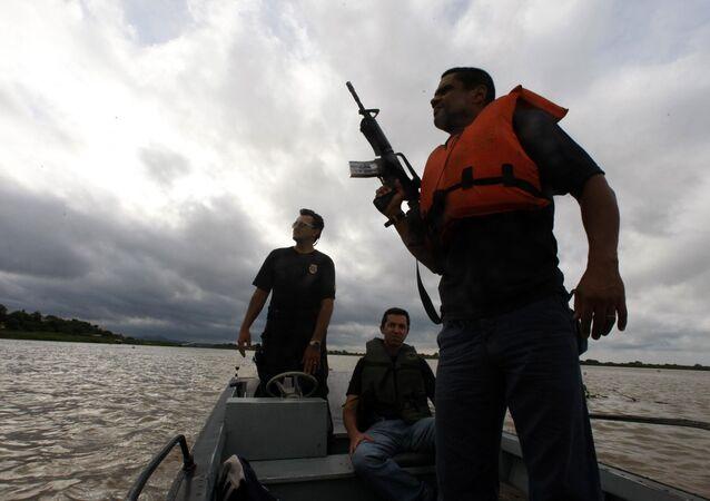 Policiais patrulham a fronteira do Brasil com a Bolívia