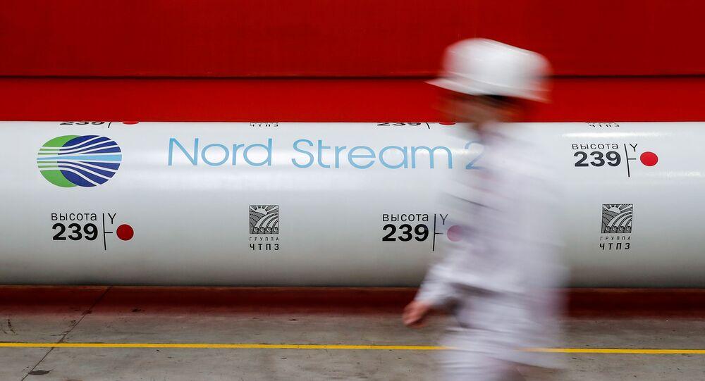 Logotipo do projeto Nord Stream 2 é visto em planta de laminação de tubos na Rússia