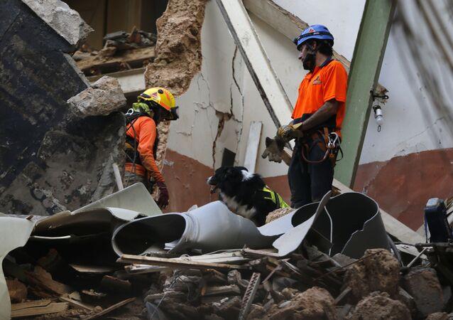 Equipes de resgate que encontraram possíveis sinais de vida sob os escombros um mês após a forte explosão atingir Beirute, no Líbano.