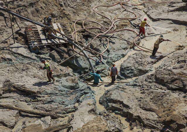 Garimpeiros trabalham em um garimpo no rio Rato, afluente do rio Tapajós, no Pará
