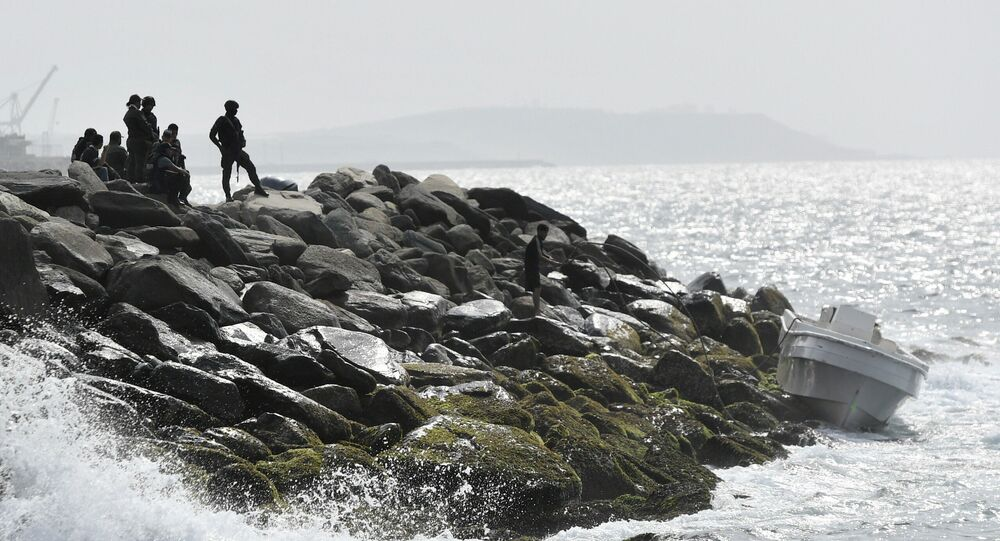 Forças de segurança guardam área costeira e um barco no qual as autoridades venezuelanas afirmam que um grupo de homens armados desembarcou na cidade portuária de La Guaira, Venezuela, 3 de maio de 2020