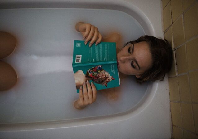 Mulher em banheira (imagem referencial)
