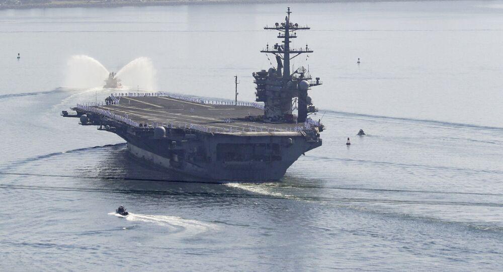 Porta-aviões USS Theodore Roosevelt chega à baía de San Diego, 9 de julho de 2020