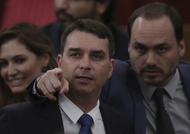 O vereador Carlos Bolsonaro (direita) com o seu irmão Flávio, senador, em cerimônia de confirmação da vitória do seu pai, Jair Bolsonaro, nas eleições de 2018