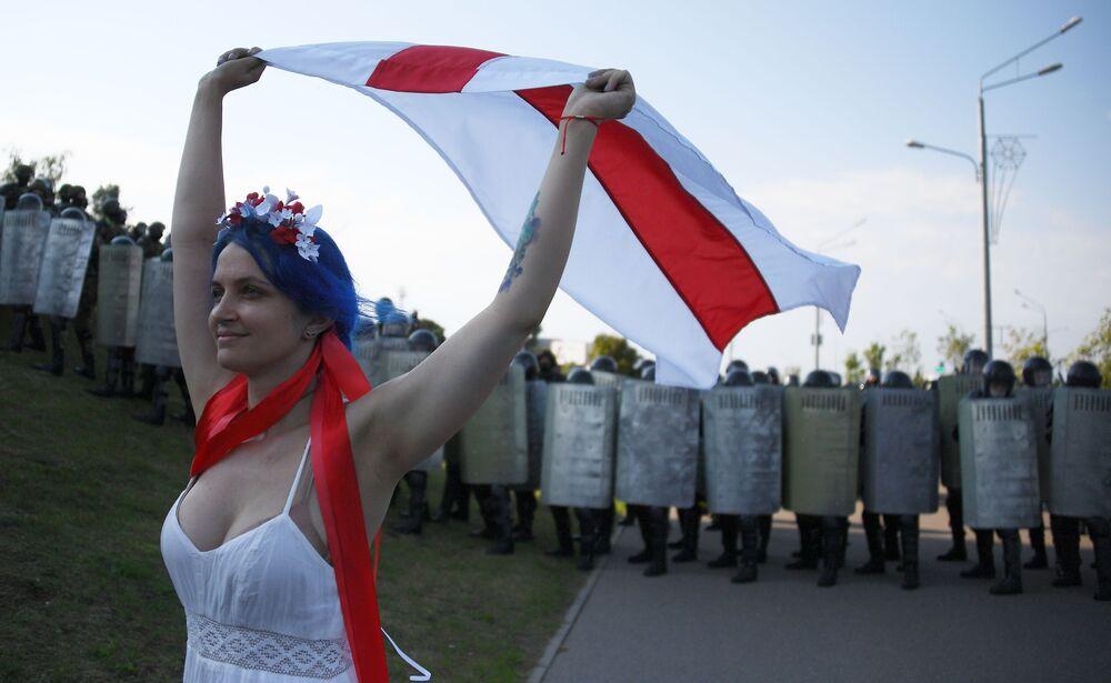 Manifestante durante um protesto da oposição em Minsk