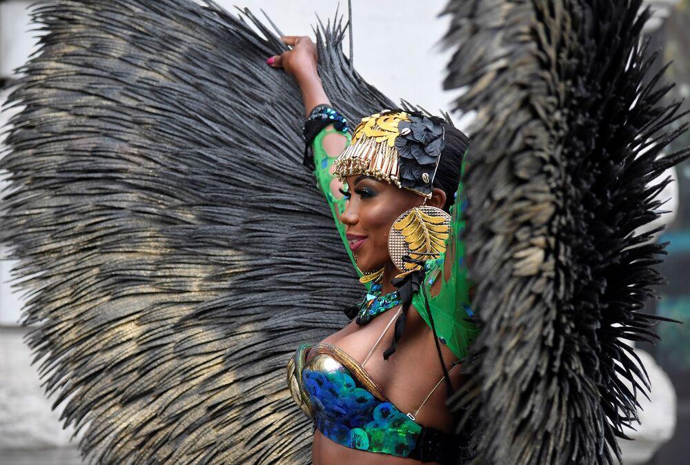 Dançarina caribenha durante a apresentação do primeiro carnaval digital em Notting Hill