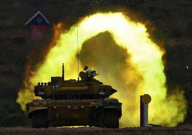 Tanque T-72B3 da equipe de militares da Sérvia durante disputa entre tripulações de tanques no âmbito da competição Biatlo de Tanques 2020
