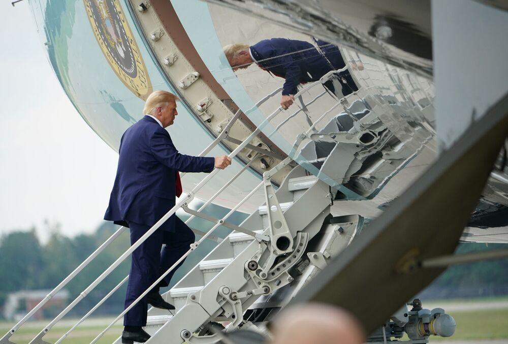 Presidente dos EUA Donald Trump embarca no Air Force One no Aeroporto Internacional de Wilmington, Carolina do Norte