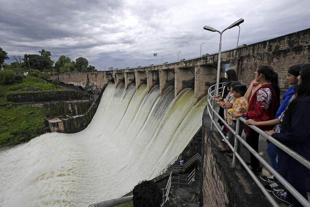 Pessoas observam a barragem de Rawal após abertura de vertedouro devido a fortes chuvas em Islamabad, Paquistão