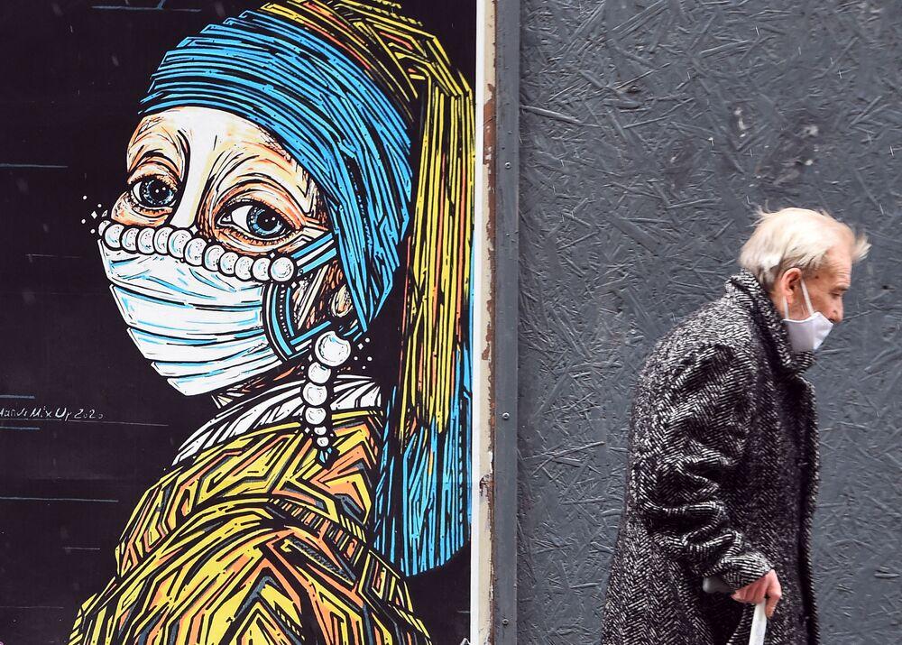 Grafite representa a menina da pintura de Johannes Vermeer Moça com o Brinco de Pérola usando uma máscara