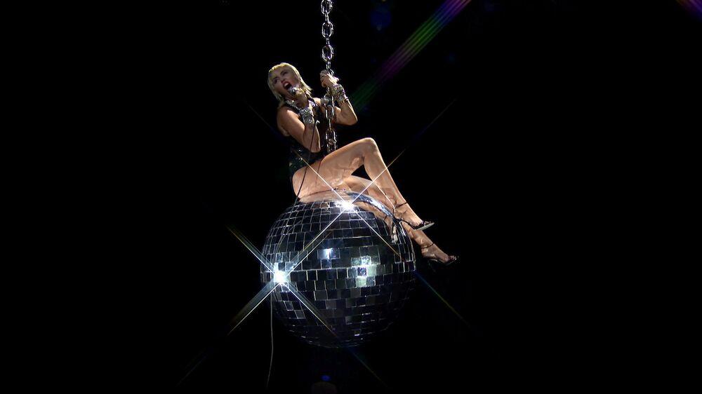 Cantora Miley Cyrus, dos EUA, durante apresentação no MTV Video Music Awards 2020