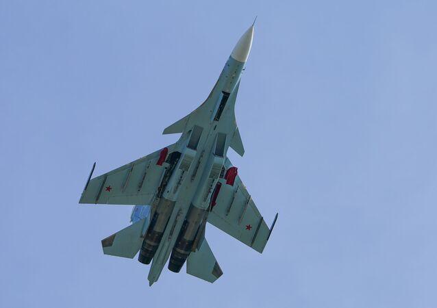 Caça-bombardeiro Su-30 realiza voo de demonstração (imagem ilustrativa)