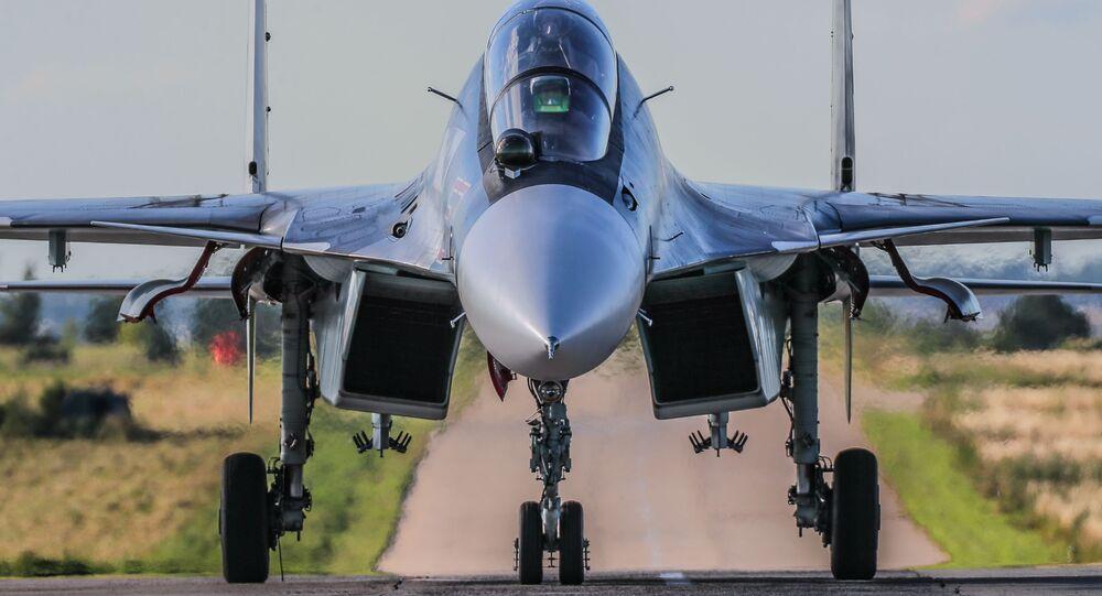 Caça Su-30 antes de um voo de treinamento no Centro Estatal de Treinamento de Pessoal de Aviação e Testes Militares V.P. Chkalov, pertencente ao Ministério da Defesa da Rússia, Lipetsk, Rússia