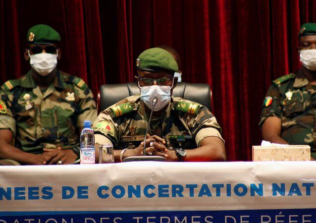 Coronel Malick Diaw, um dos líderes da junta que tomou o poder no Mali, participa de negociações para transição do poder