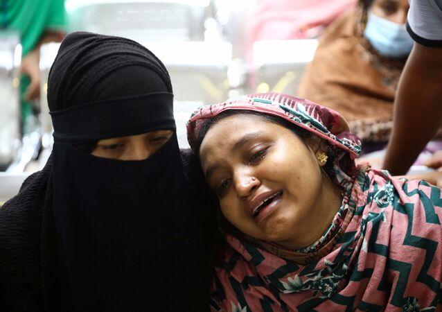 Em Dhaka, capital de Bangladesh, parentes de vítimas de uma explosão em uma mesquita lamentam por seus familiares em um hospital, em 5 de setembro de 2020.