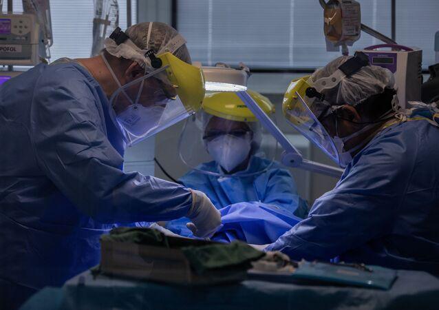Equipe médica do Instituto de Infectologia Emilio Ribas durante traqueostomia em paciente com coronavírus.
