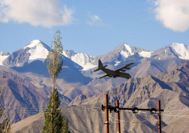 Avião Hercules da Força Aérea da Índia pousa na base de Leh, no território contestado de Ladakh, na fronteira com China, 8 de setembro de 2020