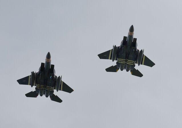 Caças F-15 Strike Eagle sobrevoando o Cemitério Americano da Normandia, no final de uma cerimônia franco-norte-americana integrada nas comemorações do 75º aniversário do desembarque dos Aliados na Segunda Guerra Mundial na região em Colleville-sur-Mer, Normandia, noroeste da França, 6 de junho de 2019