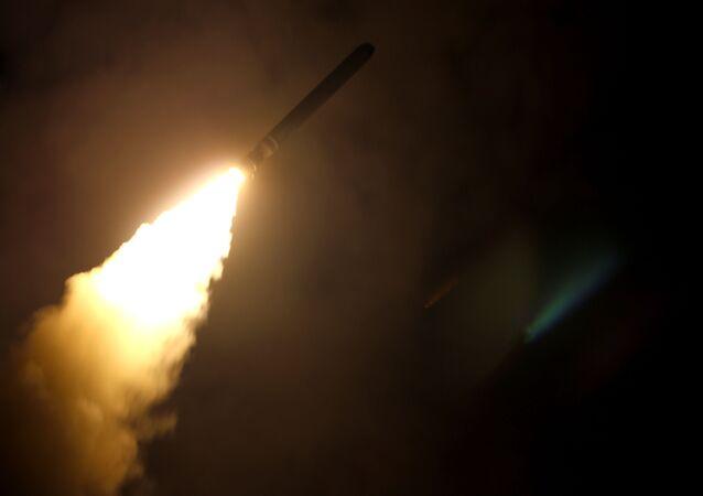 Cruzador USS Monterey dispara um míssil de ataque terrestre Tomahawk, imagem divulgada pelo Departamento de Defesa dos EUA, 14 de abril de 2018