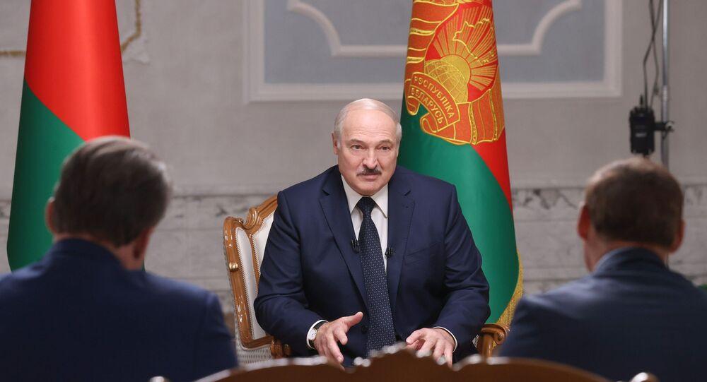 Presidente bielorrusso Aleksandr Lukashenko em entrevista com jornalistas russos