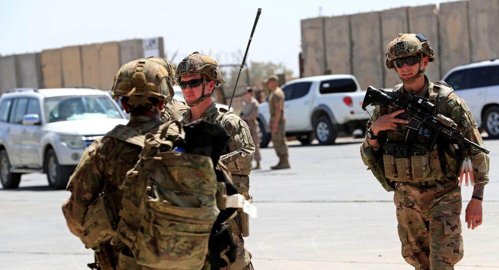 Soldados americanos em cerimônia de passagem de controle de base militar para forças do Iraque